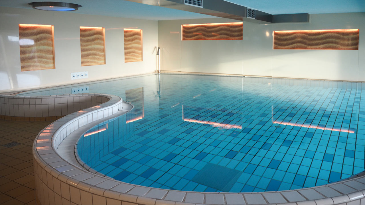 Achterdiek juist livingpool for Hotel juist schwimmbad